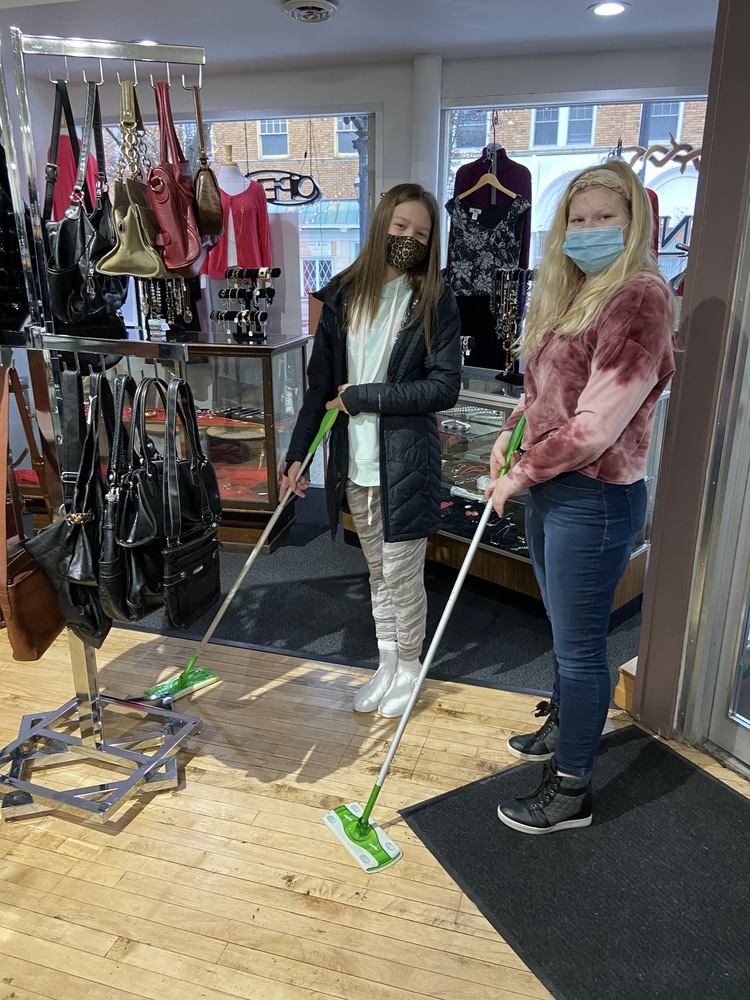 8th grade Servant Workers at The Nest Upscale Resale Shop